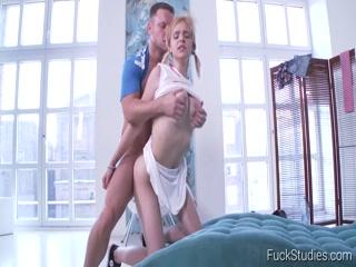 Мужик устроил секс с молодой