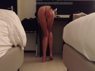 Сексуальная соседка мастурбирует пизду и жопу