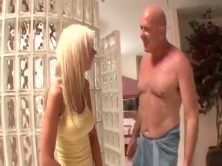 Девушка отсосала хуй парню, а потом он ее выебал в киску