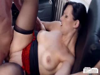 Секс со зрелой дамочкой в чулках и ее ненасытным любовником