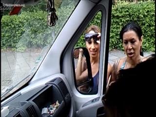 Две девушки с большими дойками трахаются на улице в машине