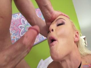 Мужик жестко трахает блондинку на порно-кастинг
