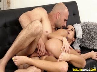 Порно видео онлайн с красивой стройной брюнеткой - она дает