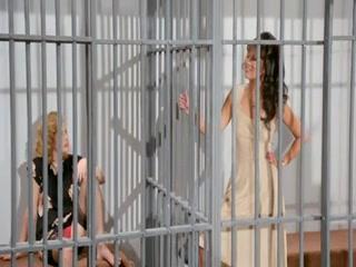 Секс с полицейской девушкой на большой кровати тюрьмы  для возбуждения